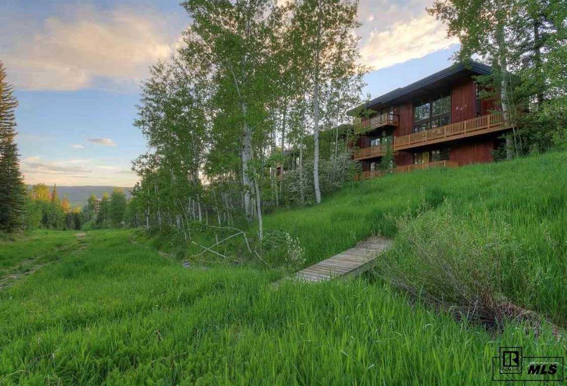 Ski in steamboat storm meadow club townhomes and condos for Meadow house